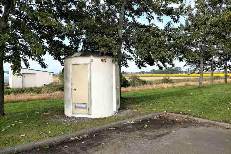 「三重緑地公園キャンプ場」の簡易トイレ