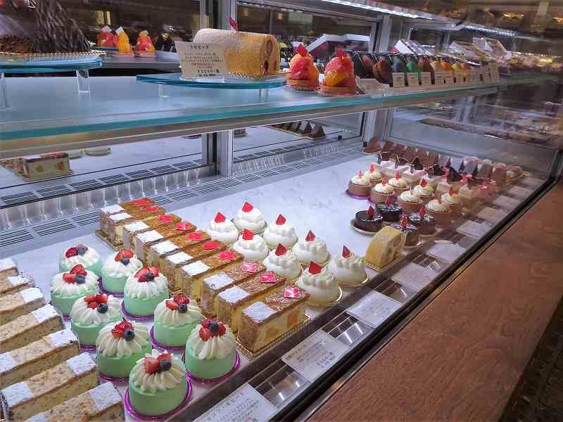 ガラスケースの中に色とりどりのケーキがたくさん並んでいる