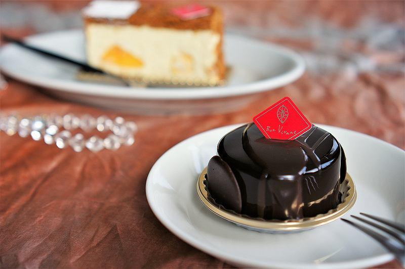 チョコレートケーキとミルフィーユがテーブルに置かれている