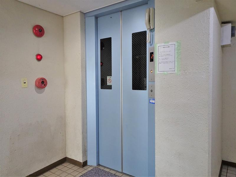 カプセルモンスターが入るマンション「シャトールレェーヴ」の共用エレベーター