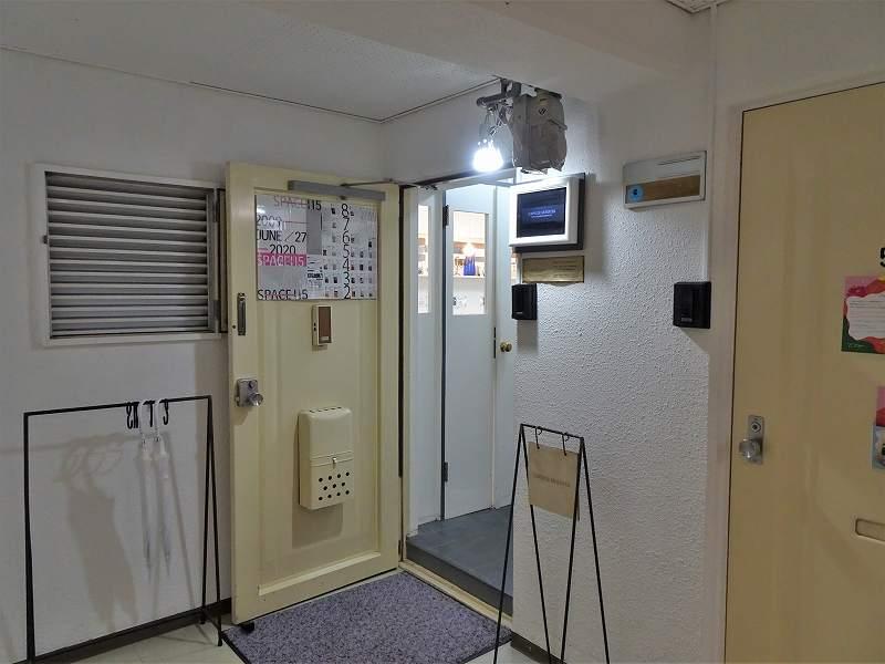 マンションの一室に店を構えるカプセルモンスターの入口の様子