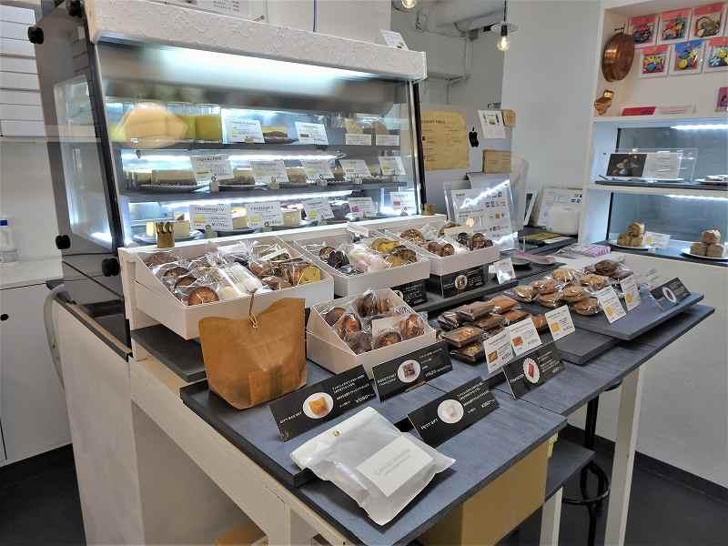 ケーキのショーケースと焼き菓子の詰め合わせがカウンターに並べられている
