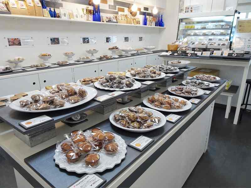 たくさんの焼き菓子が並ぶ、カプセルモンスターの店内の様子