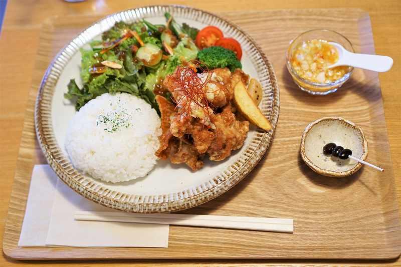 唐揚げやサラダなどのプレートがテーブルに置かれている