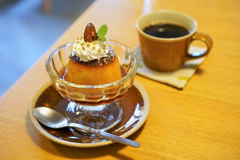 かぼちゃプリンとコーヒーがテーブルに置かれている