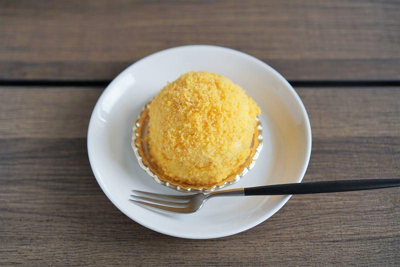 かぼちゃのチーズケーキがテーブルに置かれている