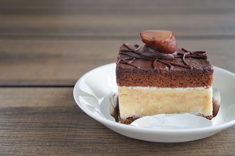 栗がのったチョコレートケーキがテーブルに置かれている
