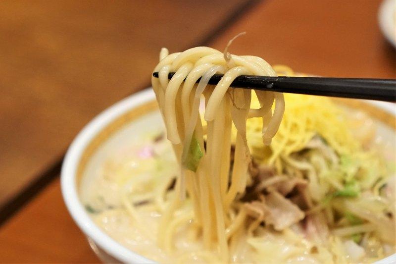 長崎ちゃんぽんの麺を箸で持ち上げた様子
