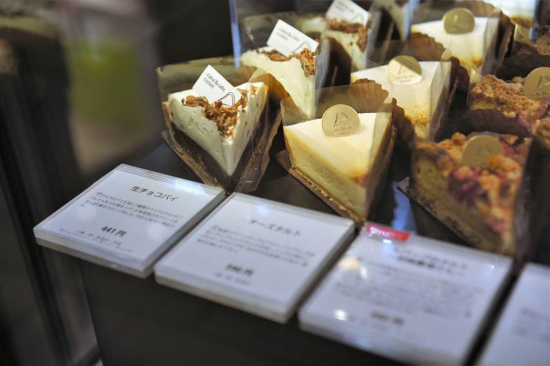 生チョコパイ、チーズタルトなどがケースに並べられている