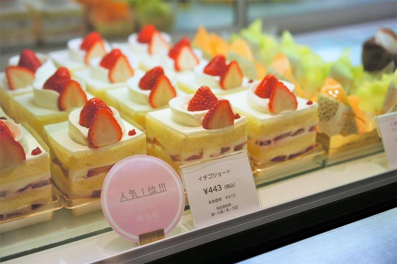 イチゴショートやメロンのケーキなどがならぶショーケースの様子