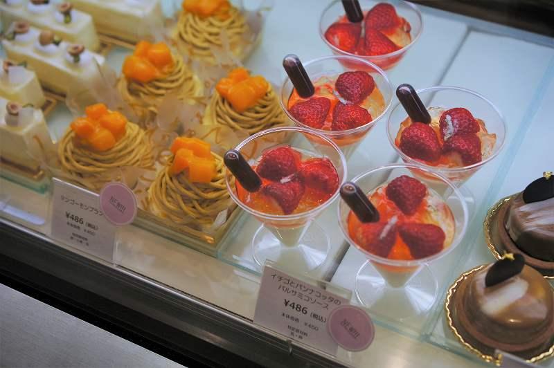 マンゴーや苺を使ったスイーツがガラスのショーケースに並んでいる