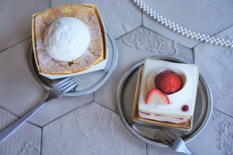生クリームがのったシフォンケーキと苺ショートがテーブルに置かれている