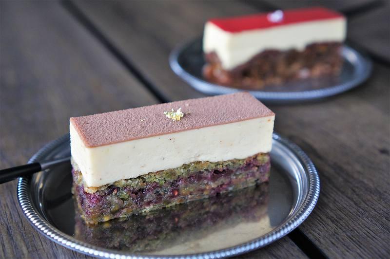 長方形のケーキが2つテーブルに置かれている