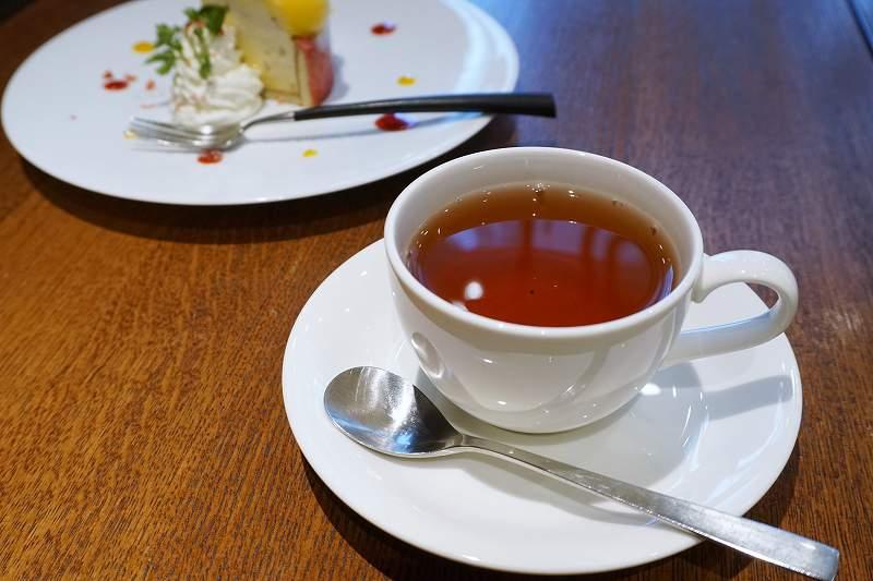 紅茶とケーキがテーブルに置かれている