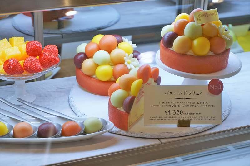 色とりどりのグラスで彩られたケーキがディスプレイされている