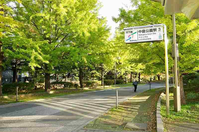札幌市営地下鉄南北線 中島公園駅の3番出口の看板と、中島公園の木々