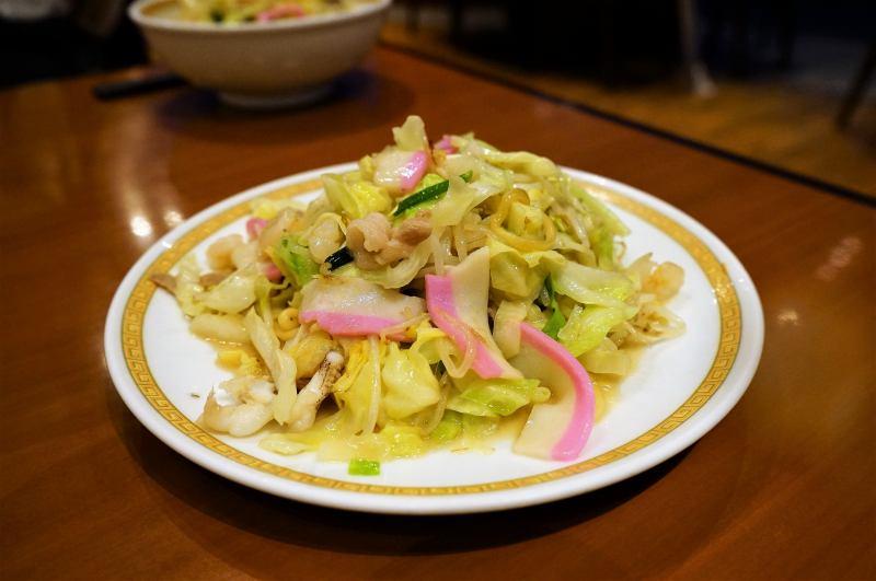 長崎名物「皿うどん」がテーブルに置かれている
