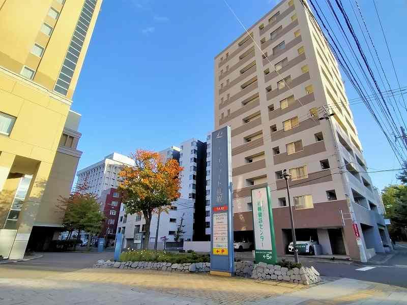 「ホテルライフォート札幌」の看板と、その隣にマンションが建っている