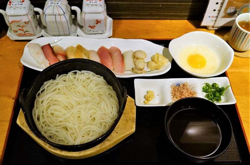 長崎名物グルメ「五島うどん」とお寿司がテーブルに置かれている