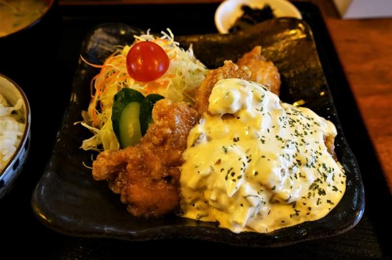 宮崎県のご当地グルメ「チキン南蛮」がテーブルに置かれている
