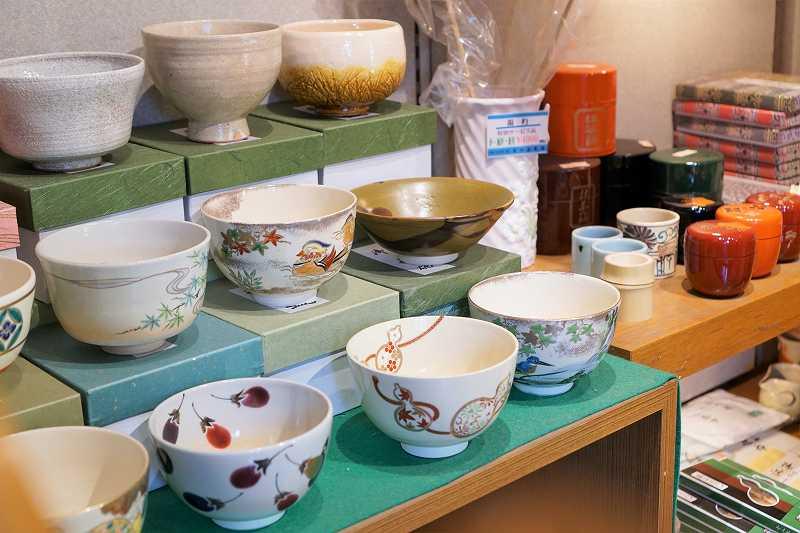 茶器が棚の上に陳列されている