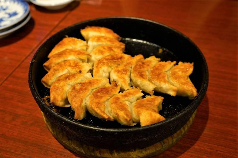 こんがり焼き目がついた、博多鉄なべ餃子がテーブルに置かれている