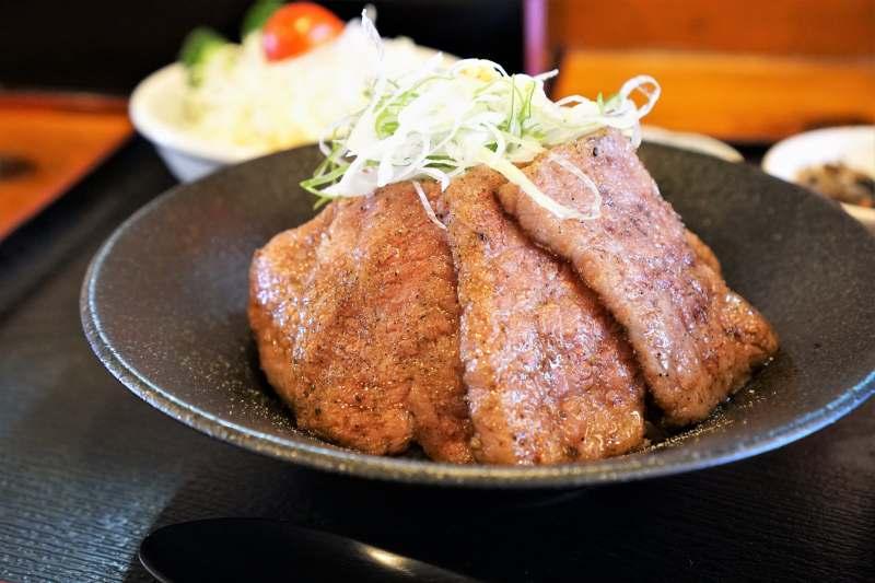 ともえまる食堂の高千穂牛あぶり丼定食