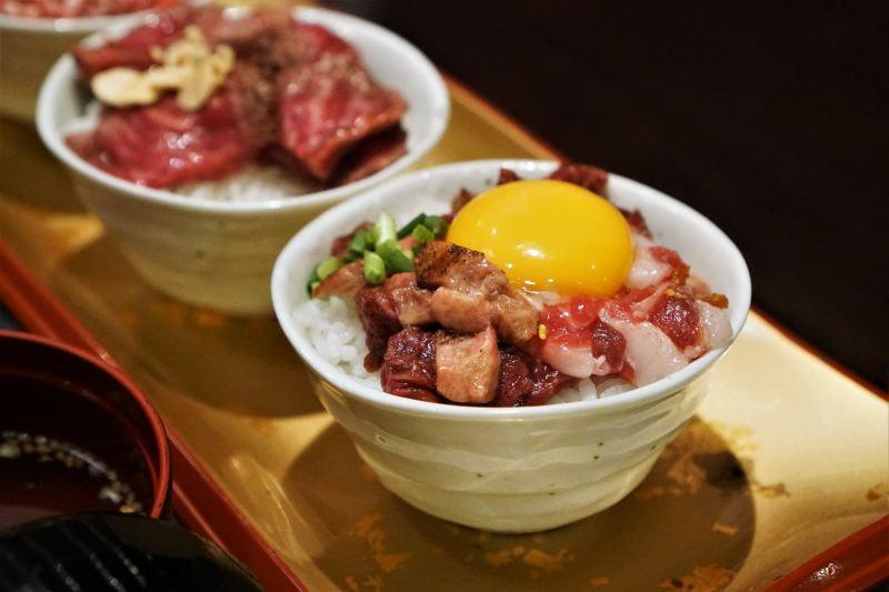 熊本名物グルメ「馬肉」のユッケ丼がテーブルに置かれている