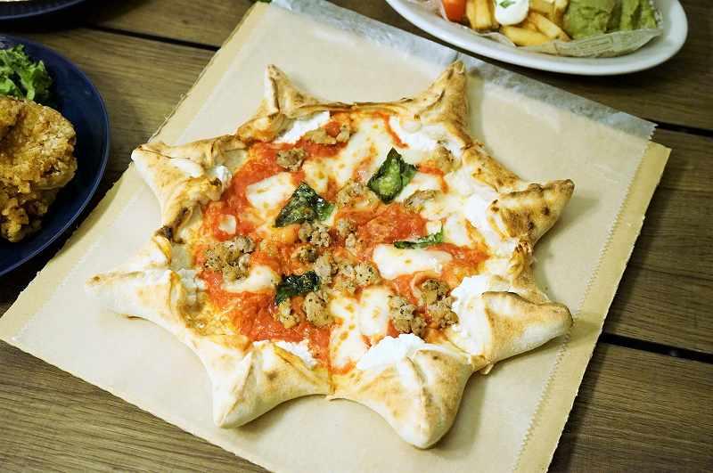 星形のピザ「カルネヴァーレ」がテーブルに置かれている