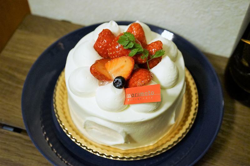 苺のホールデコレーションケーキがテーブルに置かれている