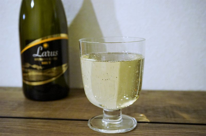 スパークリングワインが入ったグラスがテーブルに置かれている
