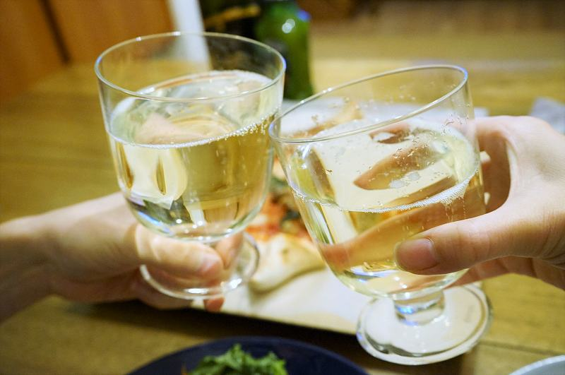 シャンパンで乾杯をしている様子