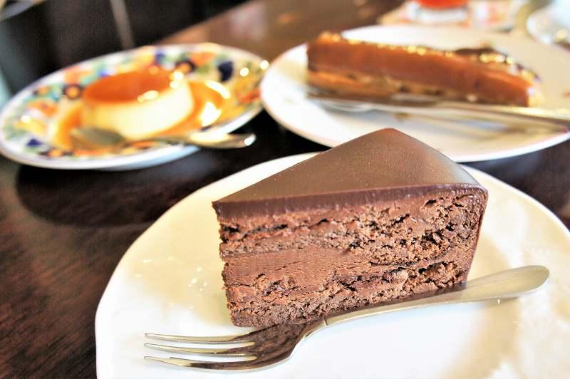 ププリエのチョコレートケーキがテーブルに置かれている