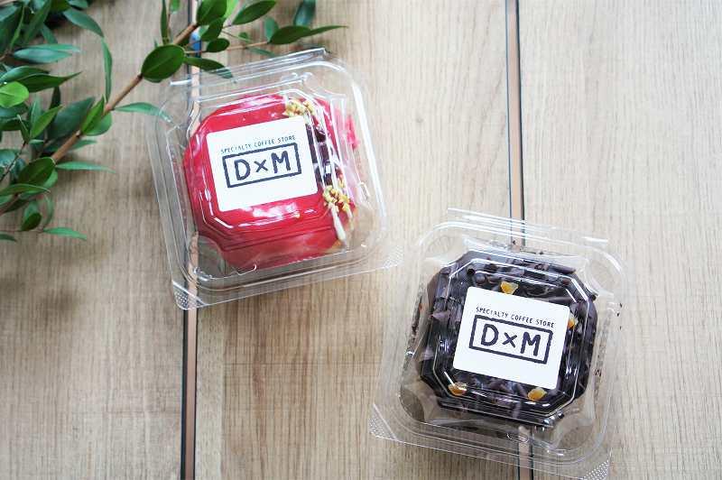 「ダヴィデドーナツ 丸井今井札幌店」のドーナツが2つテーブルに置かれている