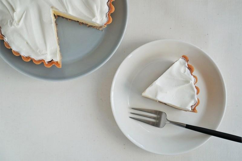 「ふらの雪どけチーズケーキ」がカットされ、テーブルに置かれている