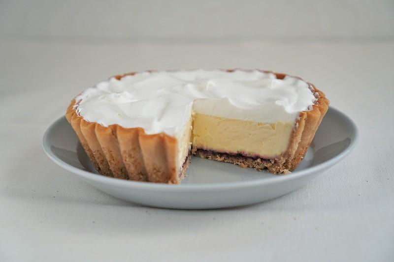 ふらの雪どけチーズケーキがカットされ、テーブルに置かれている