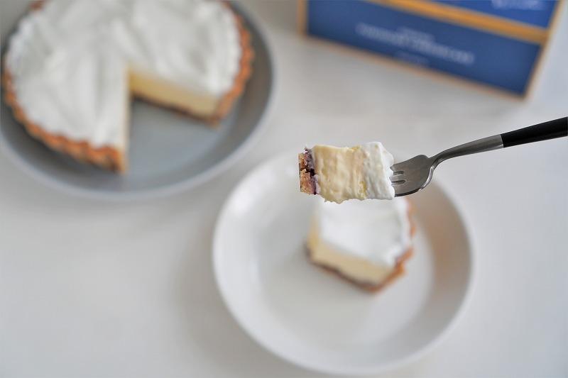 「ふらの雪どけチーズケーキ」をフォークですくった様子