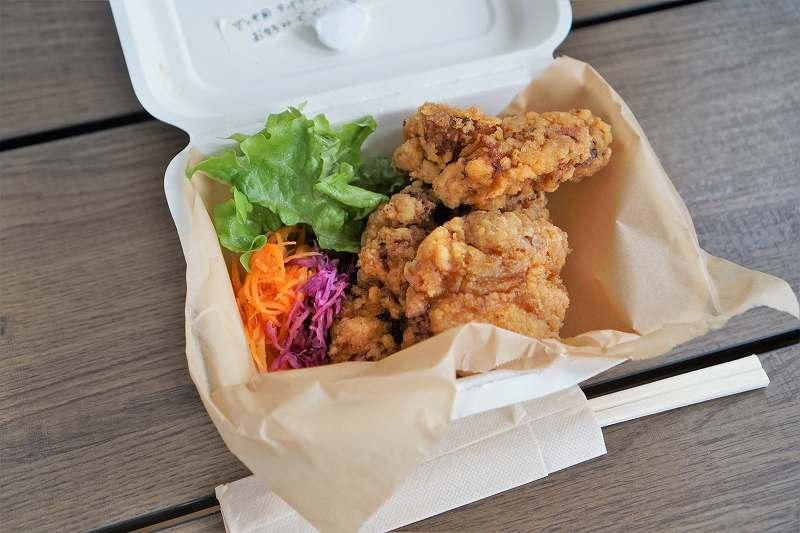 ザンギと野菜が入った箱がテーブルに置かれている