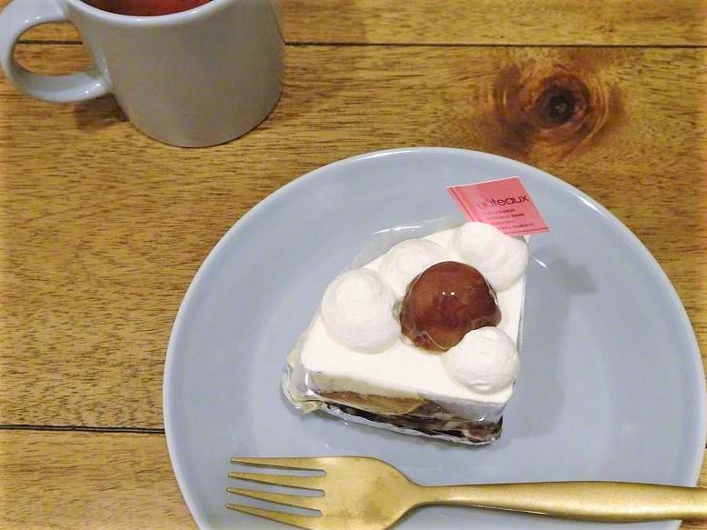 パティスリー シエムの和栗のショートケーキとマグカップがテーブルに置かれている