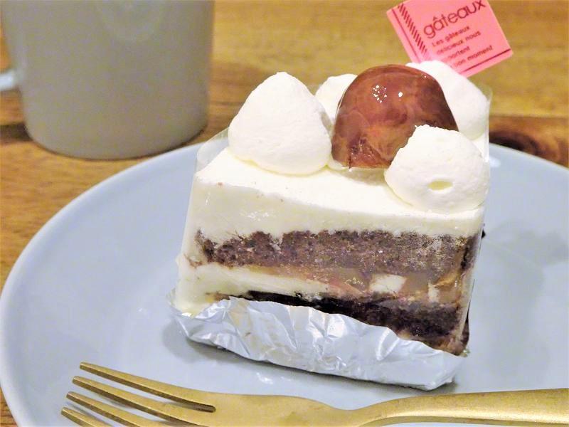 パティスリー シエムの和栗のショートケーキがテーブルに置かれている