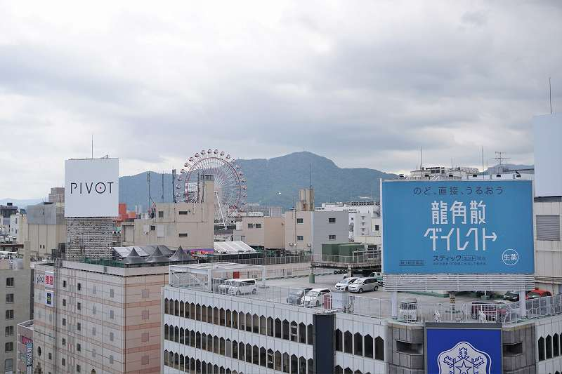 観覧車や山が見える札幌三越からの風景
