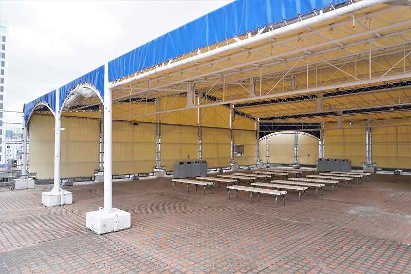 たくさんのベンチが並ぶ札幌三越の屋根付き休憩所