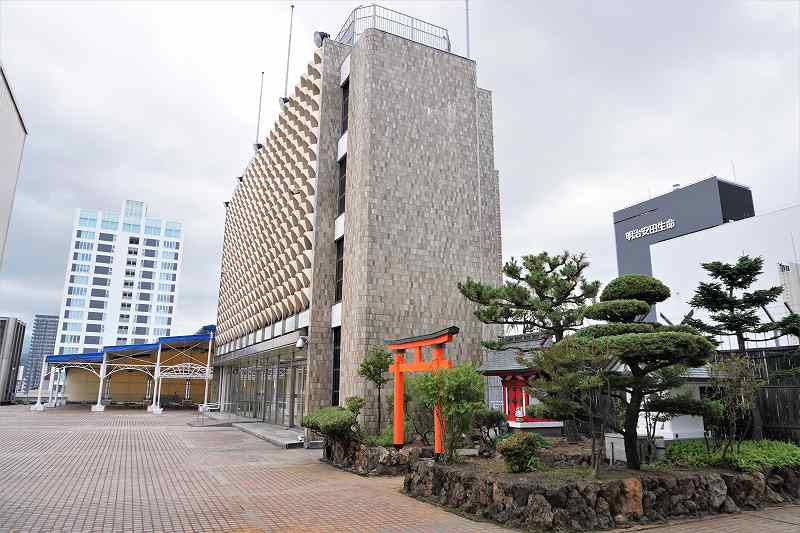手前に神社、奥に屋根付きの休憩所がある札幌三越の屋上のようす