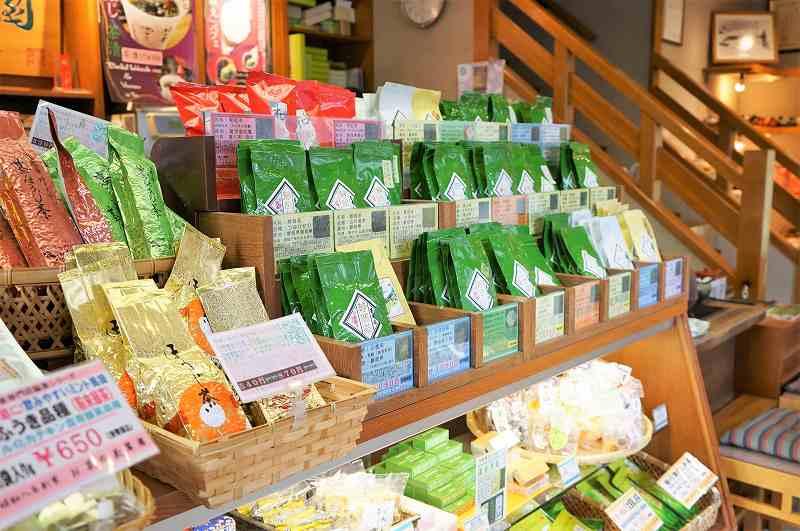 袋入りの日本茶が棚に陳列されている