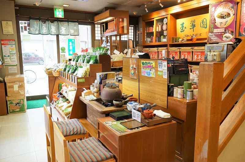 木のぬくもりを感じる、日本茶専門店 玉翠園の店内の様子