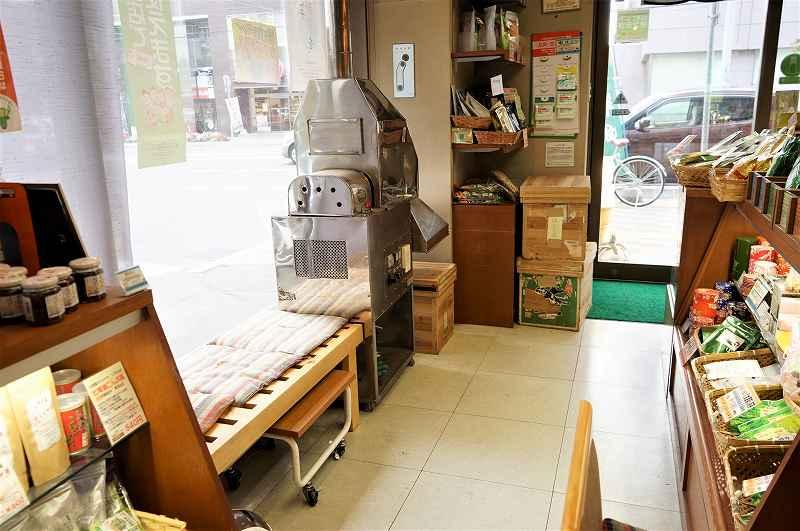 窓際にベンチが置かれている、日本茶専門店 玉翠園の店内の様子