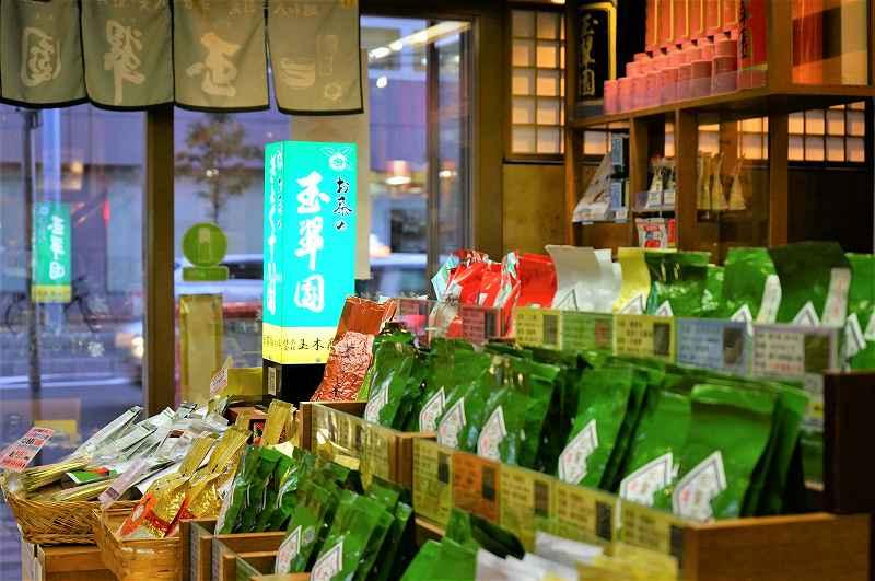 玉翠園の店内に日本茶の袋が並んでいる様子