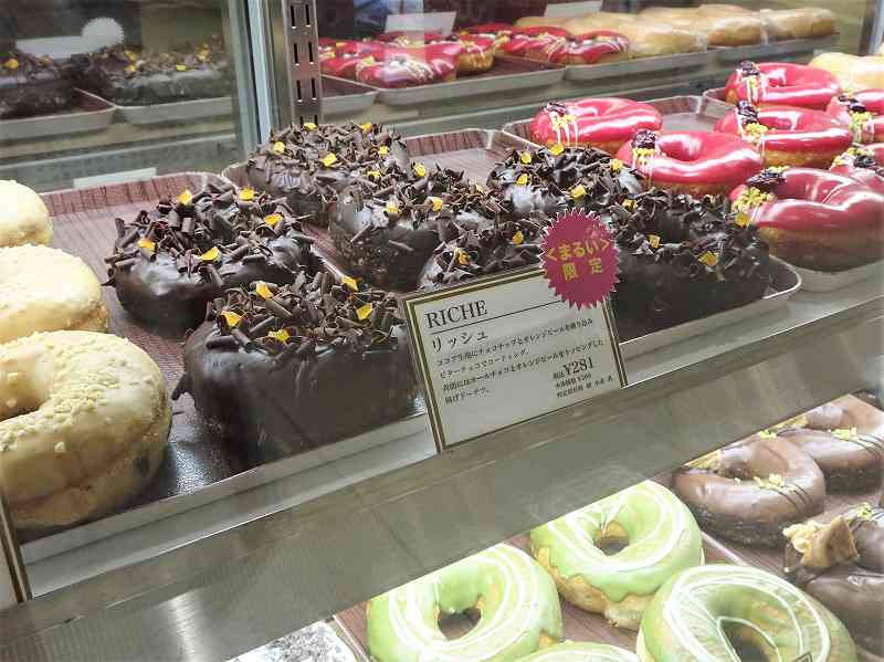 チョコレートのドーナツがショーケースの中に並んでいる
