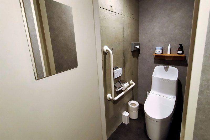 BUNSHODO HOTELの共用トイレ