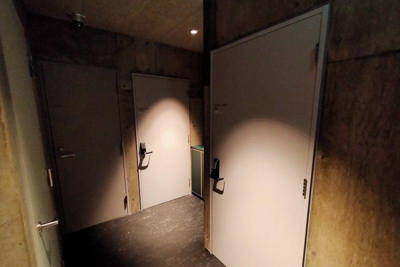 BUNSHODO HOTELのシャワールーム入口